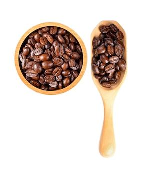 Feijão de café isolado em colher de madeira em branco