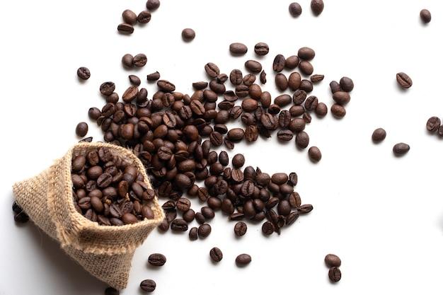 Feijão de café isolado no fundo branco