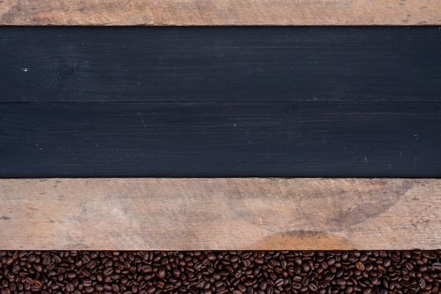 Feijão de café na madeira