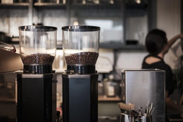Feijão de café na máquina de café na cafetaria.