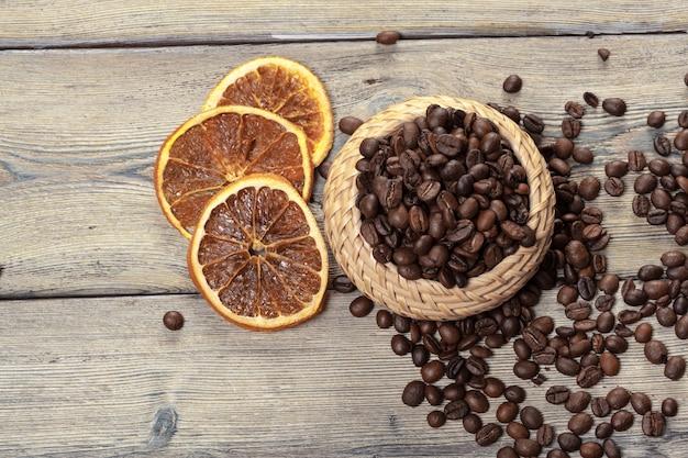 Feijão de café na tigela de madeira