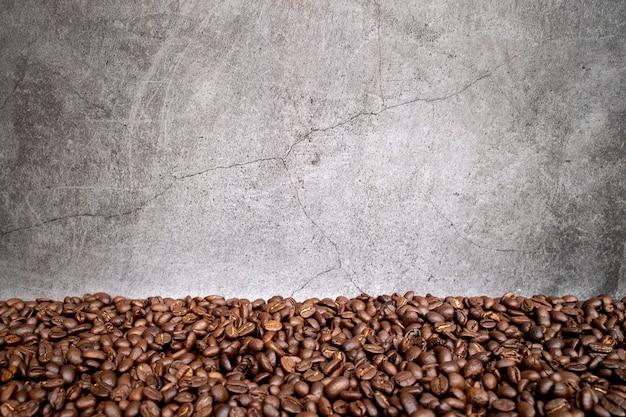Feijão de café no chão de cimento velho