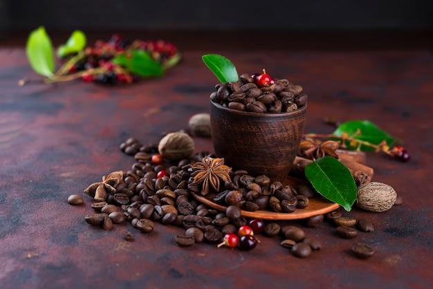 Feijão de café no fundo de pedra preto