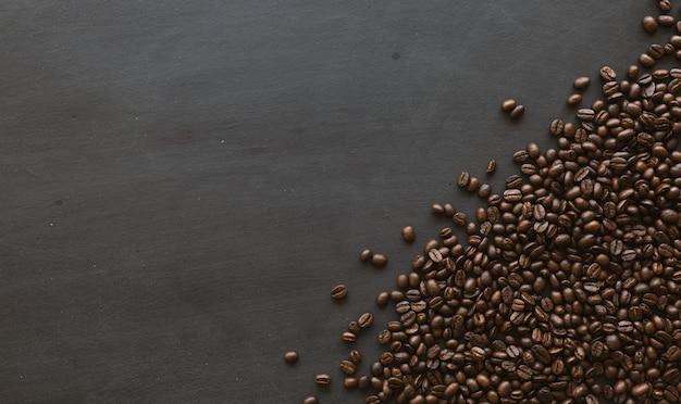 Feijão de café no fundo do assoalho de madeira preto