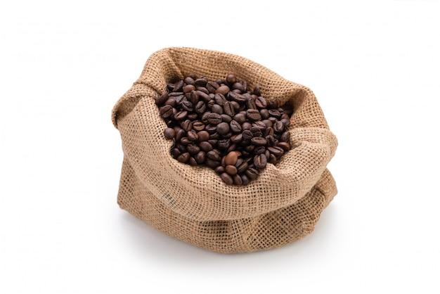 Feijão de café no saco em branco isolado