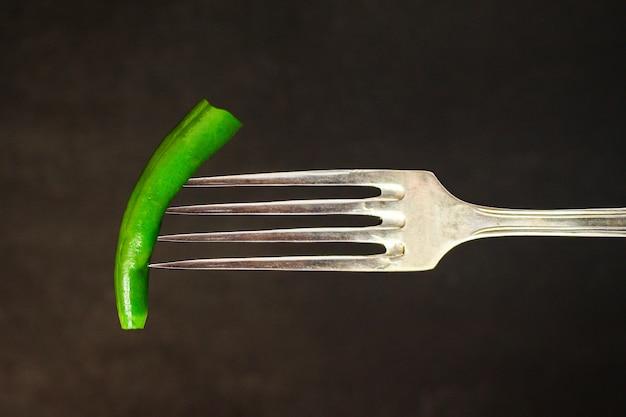 Feijão de espargos, vagem verde em um garfo (pronto para comer legumes)