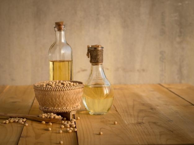 Feijão de soja e óleo de soja em uma mesa de madeira