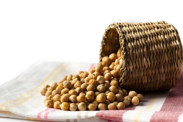 Feijão de soja em tigela de madeira