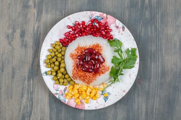 Feijão delicioso com grãos, ervilhas e arroz