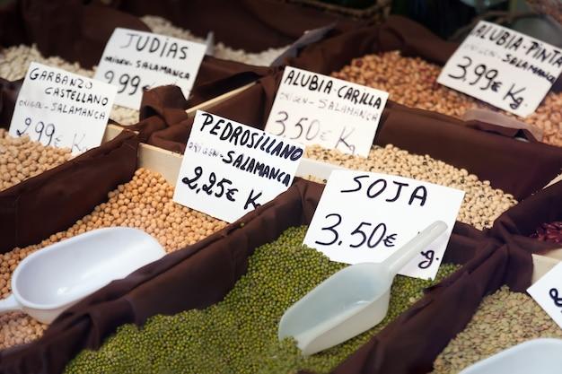 Feijão e soja no balcão da loja