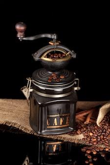 Feijão, moinho manual em pano de saco de mesa brilhante