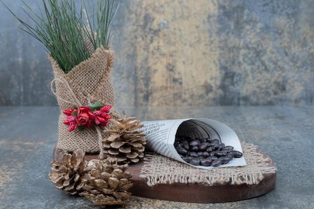 Feijão no jornal com pinhas na placa de madeira. foto de alta qualidade