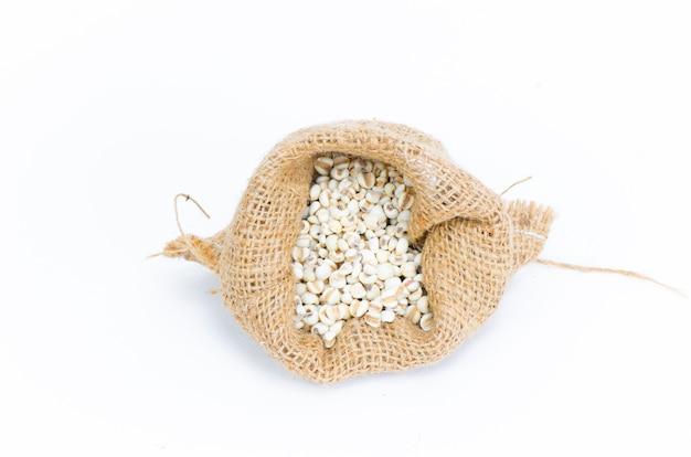 Feijão no saco isolado no branco