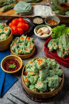 Feijão recheado com carne de porco e ovos salgados cozinha asiática.