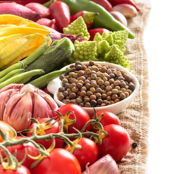 Feijão roveja orgânico seco cru e legumes isolados no branco close-up