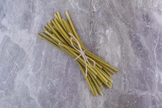 Feijão verde em conserva amarrado com corda.