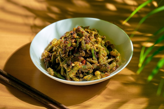 Feijão verde frito com pimenta sichuan. cozinha chinesa.