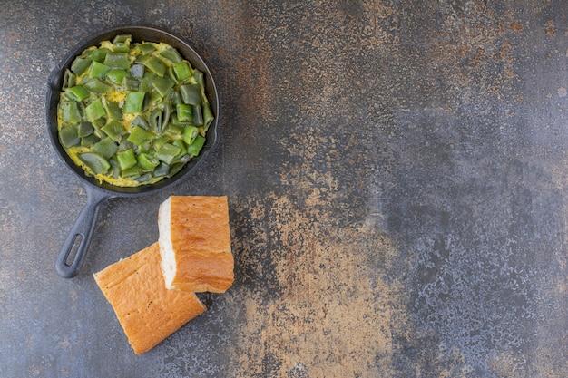 Feijão verde picado cozido com ovos