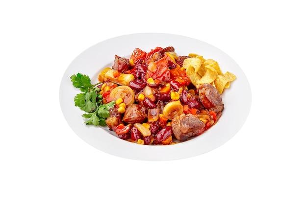 Feijão vermelho cozido com legumes, carne e salgadinhos de milho