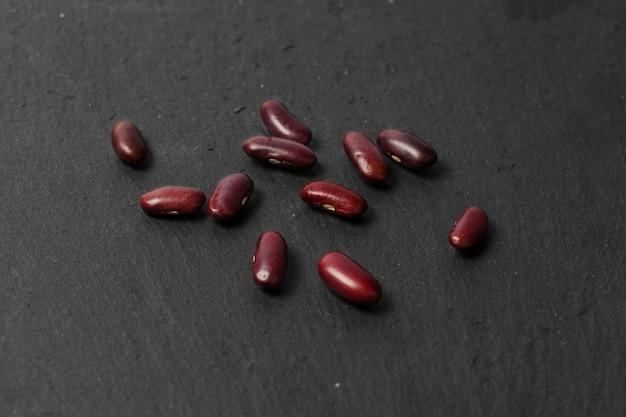Feijão vermelho na mesa preta