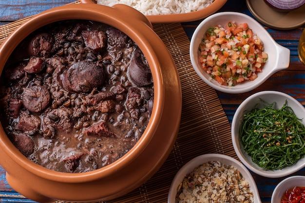 Feijoada à base de feijão preto, porco e linguiça