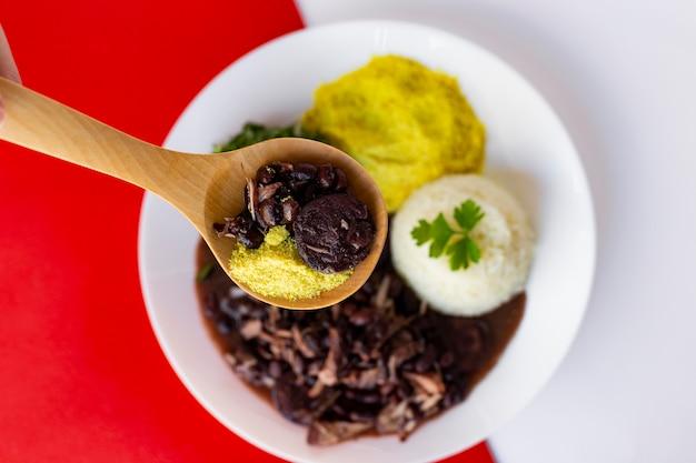 Feijoada brasileira. com uma mesa de madeira