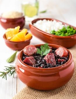 Feijoada - comida tradicional brasileira (carne seca, couve, laranja, arroz, feijão)