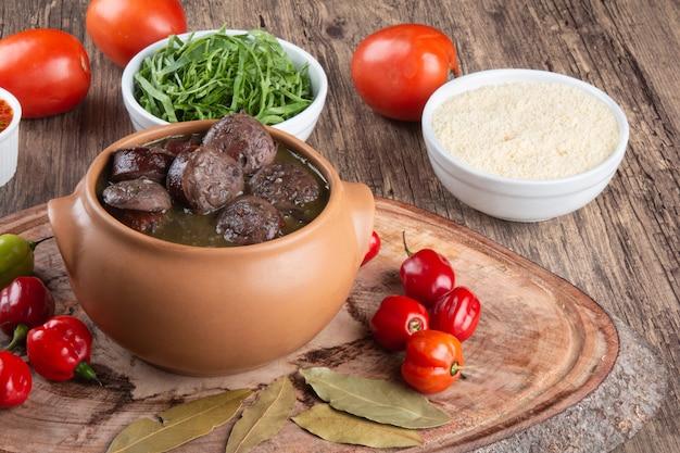 Feijoada. comida tradicional brasileira. culinária brasileira.