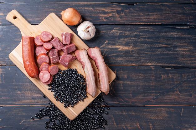 Feijoada - ingredientes crus para o preparo. vista do topo. copie o espaço
