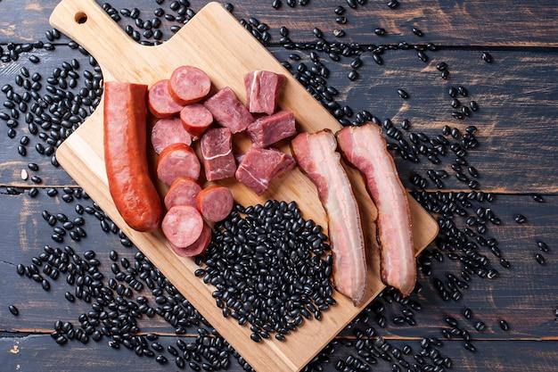Feijoada - ingredientes crus para o preparo. vista do topo