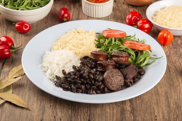 Feijoada. prato tradicional da comida brasileira. culinária brasileira.