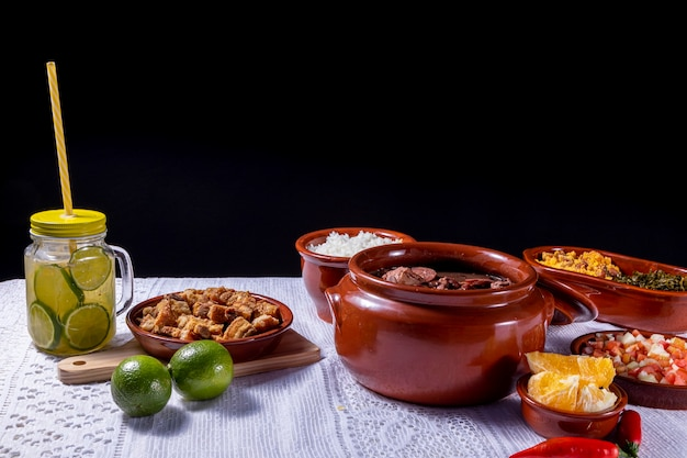 Feijoada, tradição da culinária brasileira e comidas típicas.