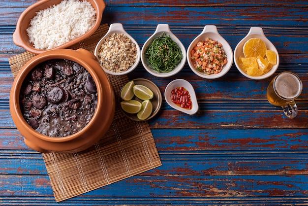 Feijoada tradicional brasileira na mesa