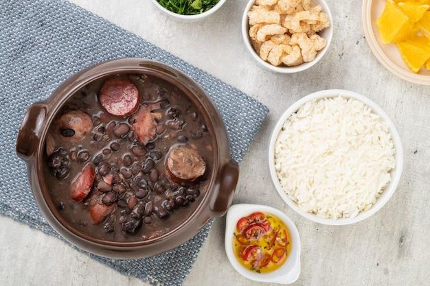 Feijoada tradicional com arroz, torresmo, couve e farinha de mandioca.
