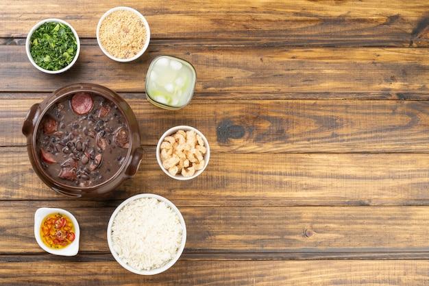 Feijoada tradicional com farinha de mandioca, couve, caipirinha, arroz, torresmo