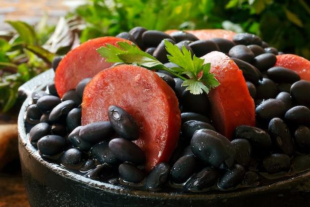 Feijoada, um cozido de feijão com carne bovina e suína, que é um prato típico brasileiro originado dos escravos no brasil