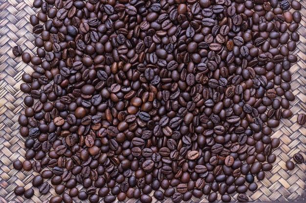 Feijões de café colocados na bandeja de madeira, distribuição de feijões de café.