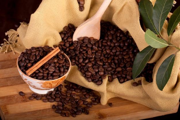 Feijões de café em uma tigela