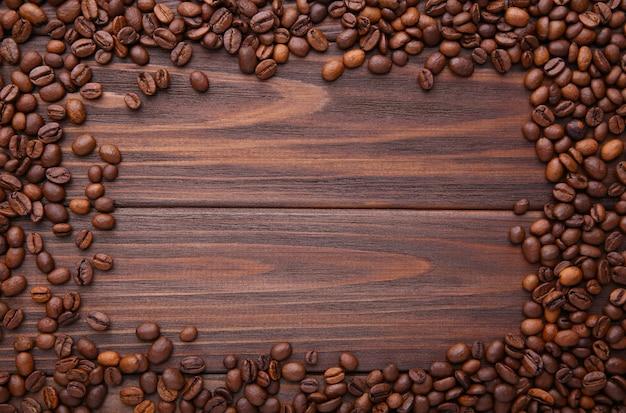 Feijões de café naturais no fundo de madeira marrom