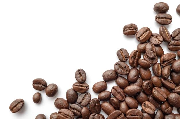 Feijões de café roasted isolados no fundo branco. fechar-se.