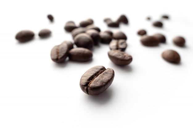 Feijões de café roasted isolados no fundo branco. Foto Premium