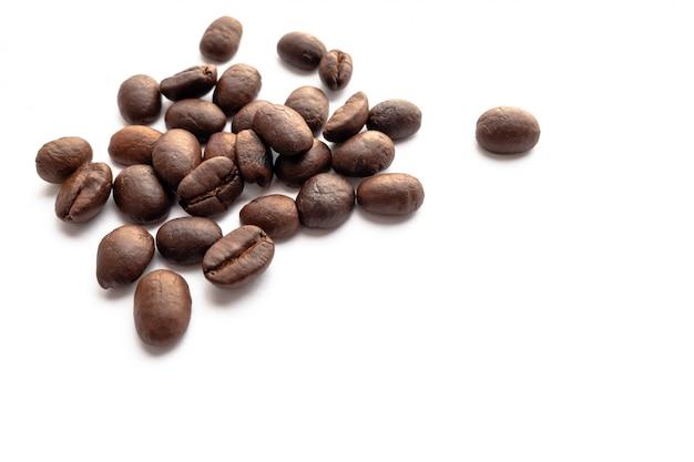 Feijões de café roasted no fundo branco.