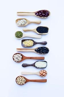 Feijões misturados, leguminosa diferentes isolados no branco.