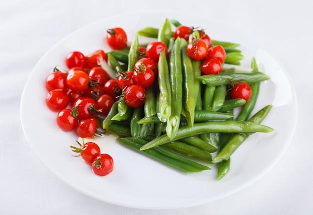 Feijões verdes das pimentas com tomates de cereja. salada de verão