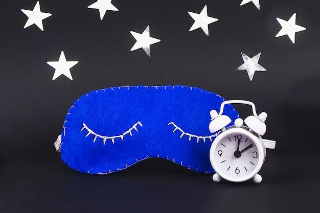 Feito a mão feito do feltro da máscara do sono, estrelas em um fundo preto.