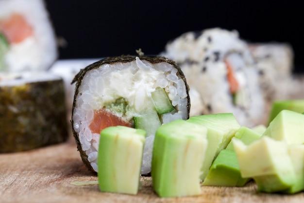 Feito com arroz de truta e vegetais de sushi, arroz asiático e frutos do mar na mesa durante as refeições