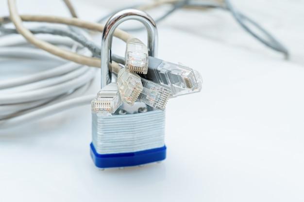 Feixe de fios de rede bloqueados com cadeado de metal branco