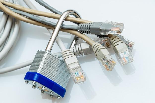 Feixe de fios de rede bloqueados com cadeado de metal em fundo branco