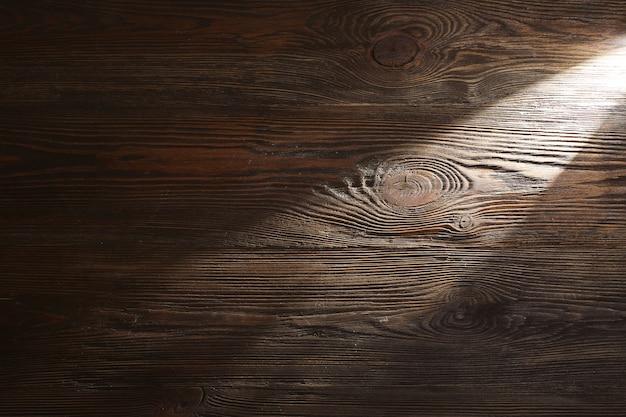 Feixe de luz em fundo de madeira