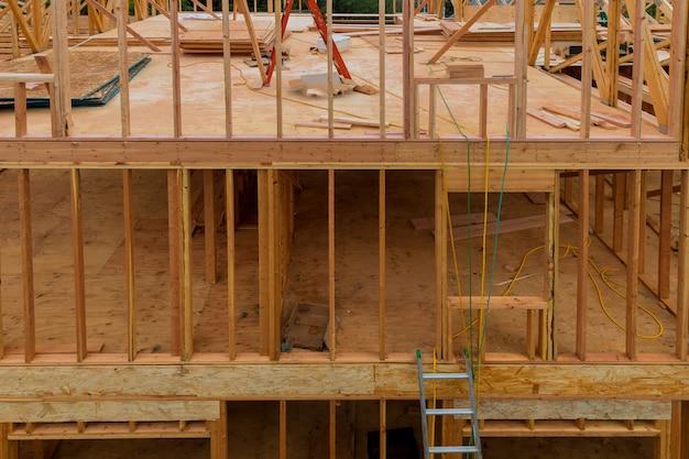 Feixe de vara construído quadro de uma nova casa em construção
